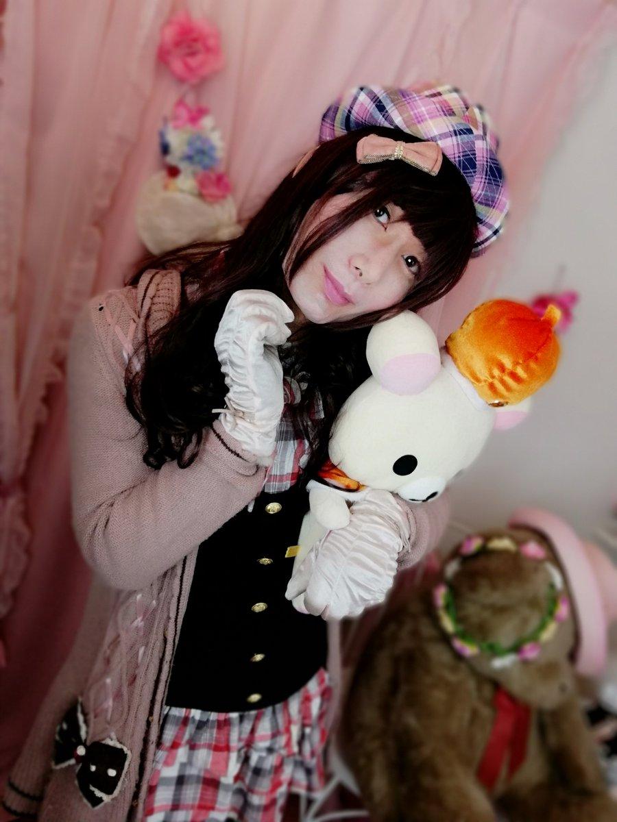 新大阪の女装サロン「ひめべや」のお客様の写真です。ナカシママリアさんのaxesコートでコリラックマを抱いた姿です。