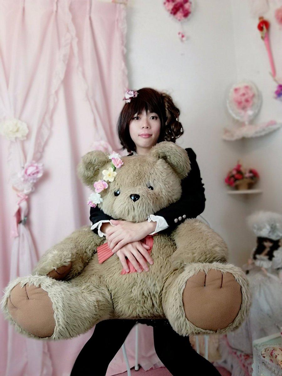 新大阪の女装サロン「ひめべや」のお客様の写真です。ハルミヤさんのくまさん抱っこです。