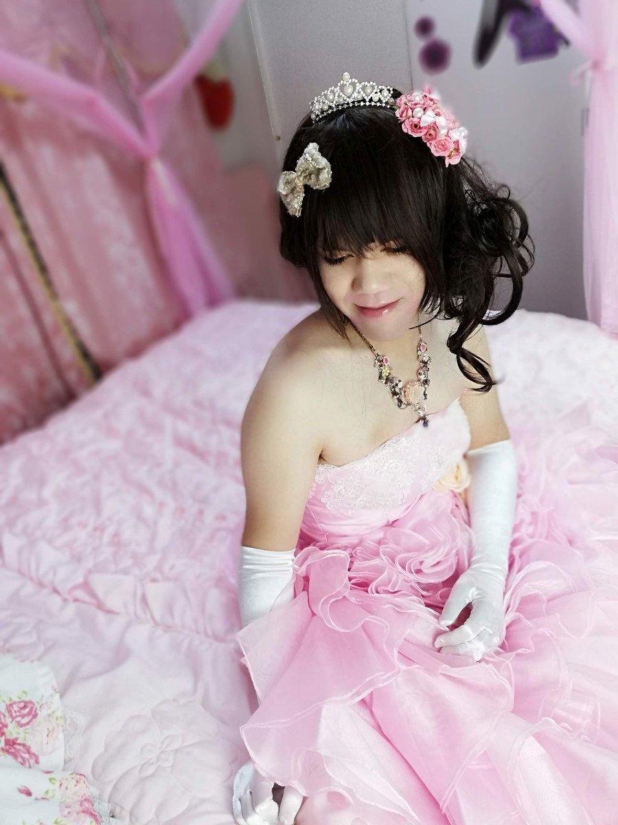 新大阪の女装サロン「ひめべや」のお客様の写真です。由夏さんのドレス写真です。