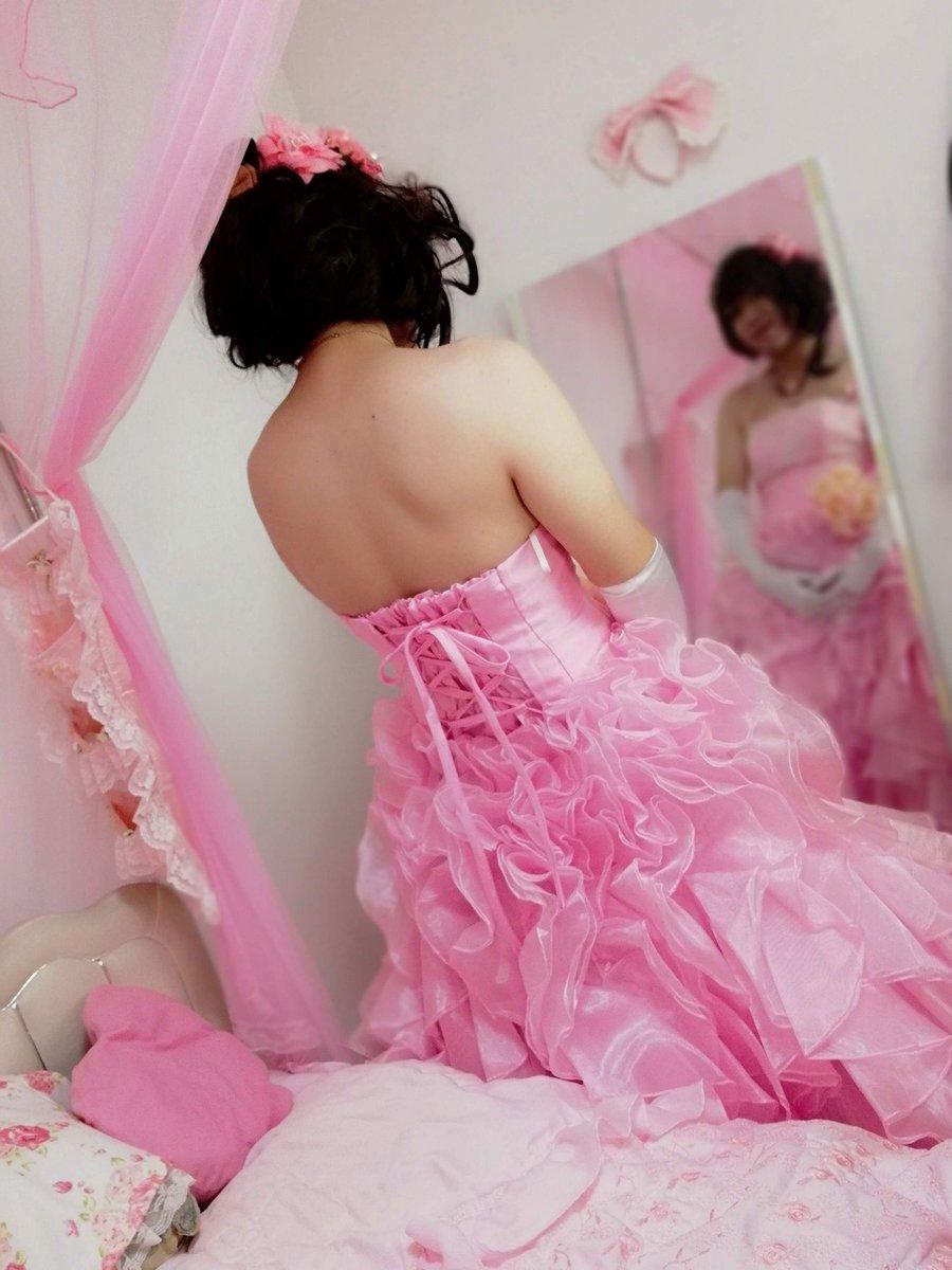 新大阪の女装サロン「ひめべや」のお客様の写真です。由夏さんのドレス写真・鏡利用です。