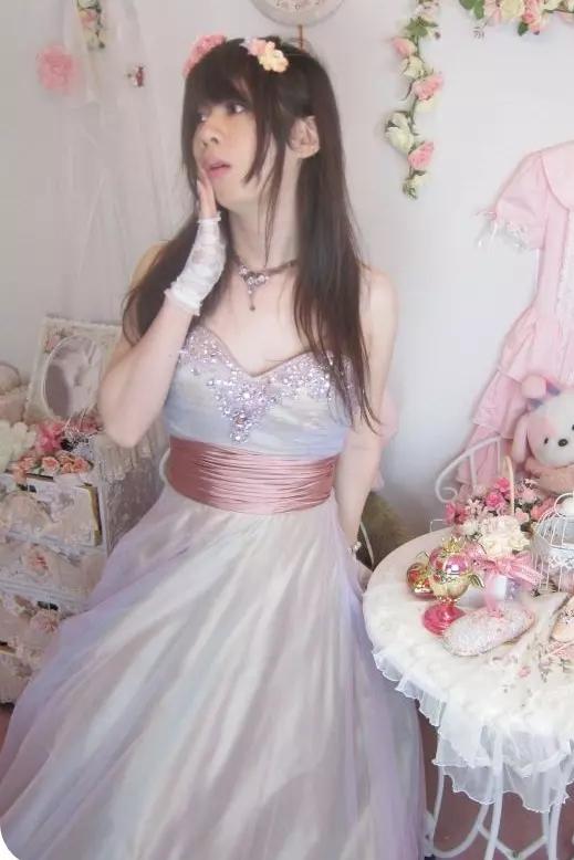 お姫様ドレス・薄紫。新大阪の女装サロン「ひめべや」の衣装です。「ひめべや」はあなたの「女の子になりたい」を叶えるサロンです。