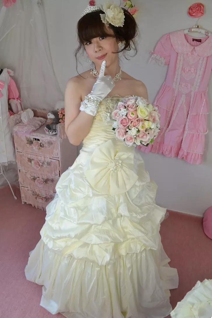 ウェディングドレス。新大阪の女装サロン「ひめべや」の衣装です。「ひめべや」はあなたの「女の子になりたい」を叶えるサロンです。