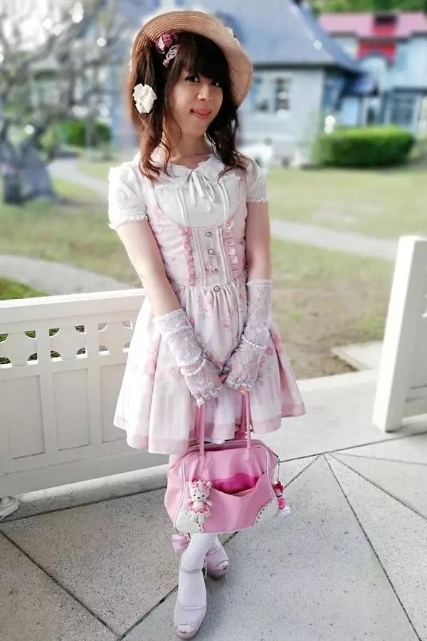 リズリサロリィタ。新大阪の女装サロン「ひめべや」の衣装です。「ひめべや」はあなたの「女の子になりたい」を叶えるサロンです。