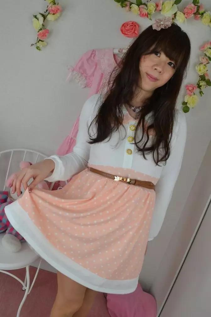 ピンク白ワンピ。新大阪の女装サロン「ひめべや」の衣装です。「ひめべや」はあなたの「女の子になりたい」を叶えるサロンです。