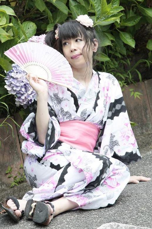 浴衣・黒ピンク.yukata。新大阪の女装サロン「ひめべや」の衣装です。「ひめべや」はあなたの「女の子になりたい」を叶えるサロンです。